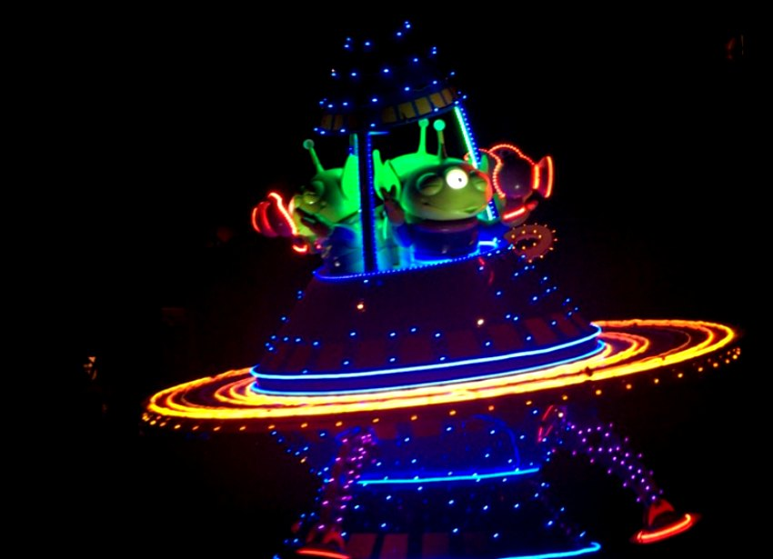 Aliens in Paint the Night Parade California Adventure