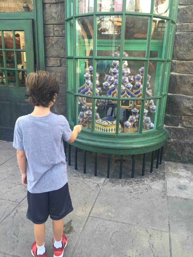 EL Casting-spells-in-Hogsmeade